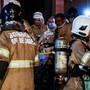 Die Feuerwehr evakuiert Patienten aus dem Spital in Brasilien, in dem bei einem Brand elf Menschen ums Leben gekommen sind. EPA/ANTONIO LACERDA