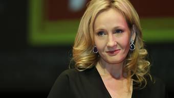 """""""Harry Potter""""-Autorin J.K. Rowling hat sich auf Twitter dafür entschuldigt, US-Präsident Donald Trump ein """"Narzissmus-Monster"""" genannt zu haben. Ihre Empörung basierte auf einem manipulierten Video, auf dem Trump scheinbar einem Buben mit Behinderung die Hand nicht geben wollte. (Archivbild)"""