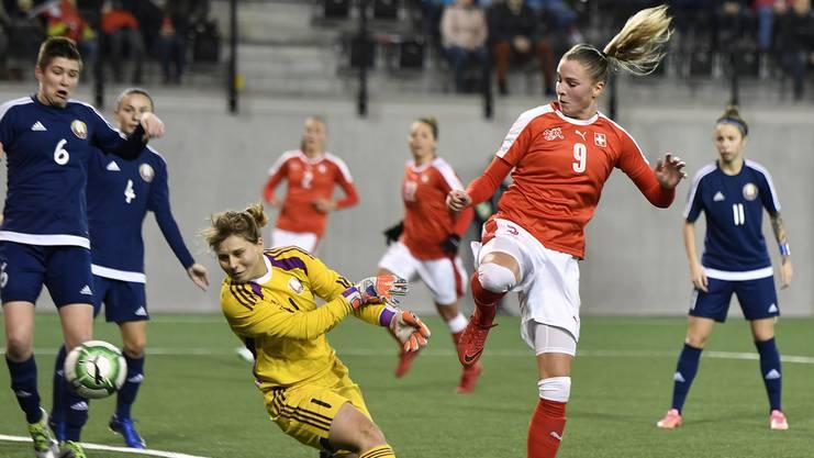 Die Schweizerin Ana-Marie Crnogorcevic, rechts, bedrängt die Torhüterin von Weissrussland Natalia Voskobovich, links, beim Fussball WM-Qualifikationsspiel Schweiz gegen Weissrussland in Schaffhausen.
