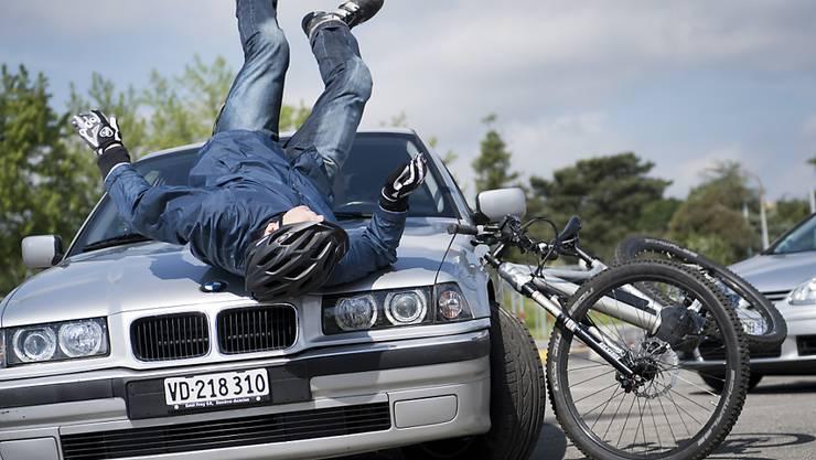 Obwohl mit  einem Helm das Risiko einer Kopfverletzung halbiert wird, trägt gemäss der Beratungsstelle für Unfallverhütung (bfu) jeder Sechste, der mit einem schnellen E-Bike unterwegs ist, keinen Kopfschutz. (Archivbild)