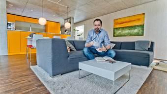 Beton und knallige Farben – der offene Raum mit Küche und Wohnzimmer von Michel Gammenthaler spielt mit Kontrasten.Emanuel Freudiger