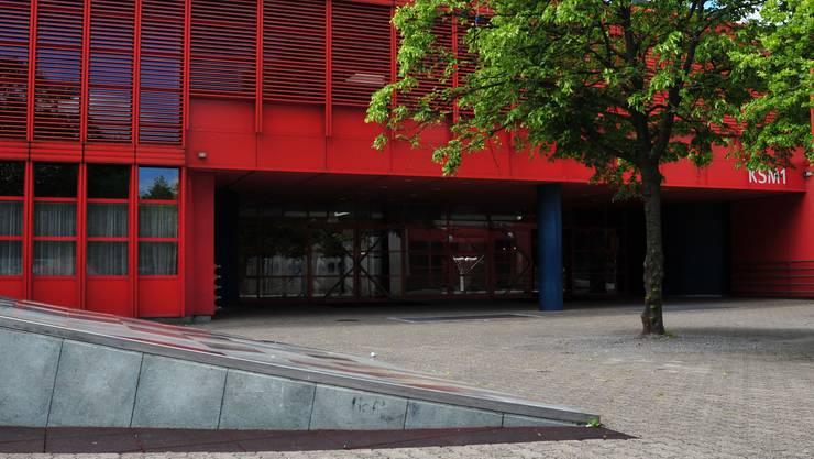 Genügen den Verordnungen nicht mehr: Schulhäuser der Kreisschule Mutschellen sowie die Kunst-Keile auf dem Pausenplatz müssen saniert werden.(dno)