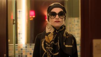 Kaum wiederzuerkennen: Isabelle Huppert verwandelt sich von Patience Portefeux in Madame Ben Barka.