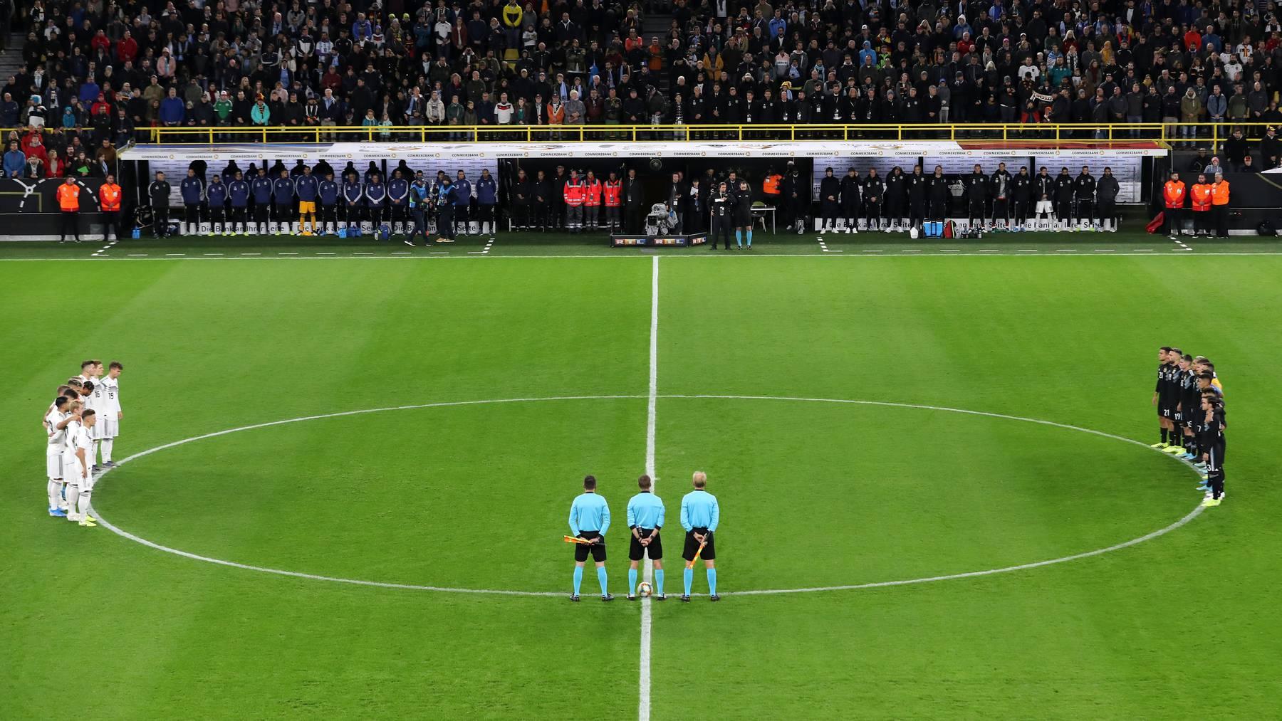 Deutschland und Argentinien Freundschaftsspiel Schweigeminute Halle