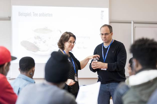 Brigitte und Michel Bärtschiger erklären den Teilnehmern die wichtigsten Umgangsformen in der Schweiz.