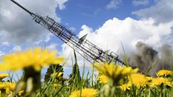 """122 Meter hoch und 97 Tonnen schwer: Der Sendeturm """"La Barillette"""" ist am Donnerstag gesprengt worden."""