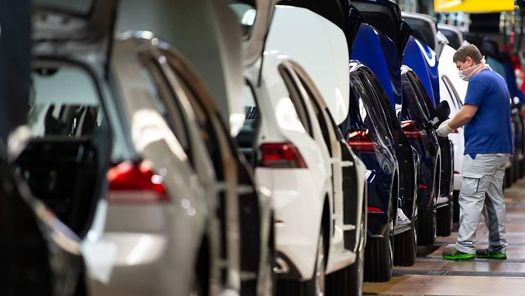 Der weltgrösste Autobauer Volkswagen hat im vergangenen Jahr einen Betriebsgewinn von rund zehn Milliarden Euro erwirtschaftet. Das Geschäft hat sich vor allem gegen Ende des Jahres von der Coronakrise erholt. (Archivbild)