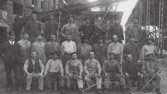 Platznot in Zürich zwang Betriebe wie das Gaswerk, sich vor den Toren der Stadt anzusiedeln. In Schlieren fanden nun immer mehr Menschen Arbeit in grossen Industriebetrieben, wie diese Gaswerkarbeiter, die um 1910 fotografiert wurden.