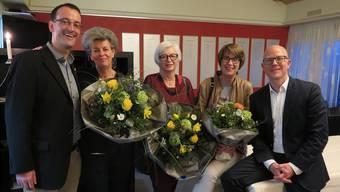 Jubilierende Stadtführerinnen (ab 2. von links): Susanne Jordi, Ilse Zeller und Christine Robert, umrahmt von Geschäftsführer Stefan Ulrich (ganz links) und Präsident Deny Sonderegger (ganz rechts).