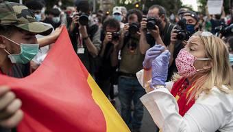 Trotz heftigen Widerstands der Opposition und zunehmender Proteste verärgerter Bürger hat in Spanien das Parlament den Corona-Lockdown zum fünften Mal verlängert.