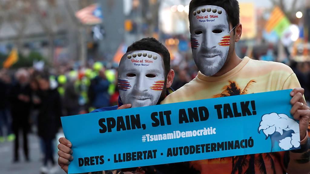 Mit Messi-Masken protestierten katalanische Separatisten in Barcelona vor dem «Clasico» ihres FC gegen Real Madrid.