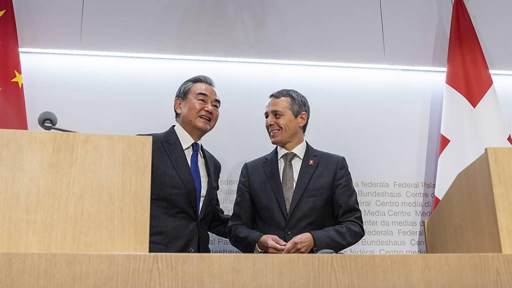 Lächeln mit dem Amtskollegen aus dem Land des Lächelns: Aussenminister Ignazio Cassis empfing seinen chinesischen Amtskollegen Wang Yi in Bern und lud zur Medienkonferenz.