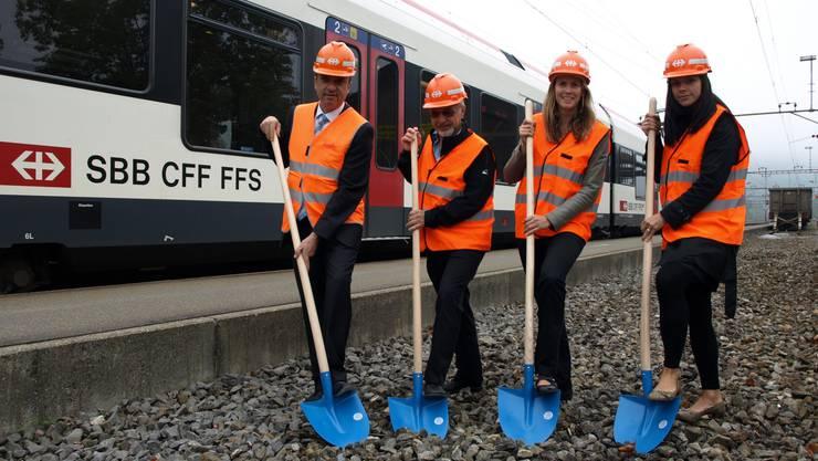 von links nach rechts: Markus Dieth (Gemeindeammann), Felix Feiner (Gemeinderat und ehemaliger Teamleiter Bahnhof Wettingen), Claudia Erni (Gesamtprojektleiterin SBB) und Katrin Richter (Behindertengerechtes Bauen SBB).