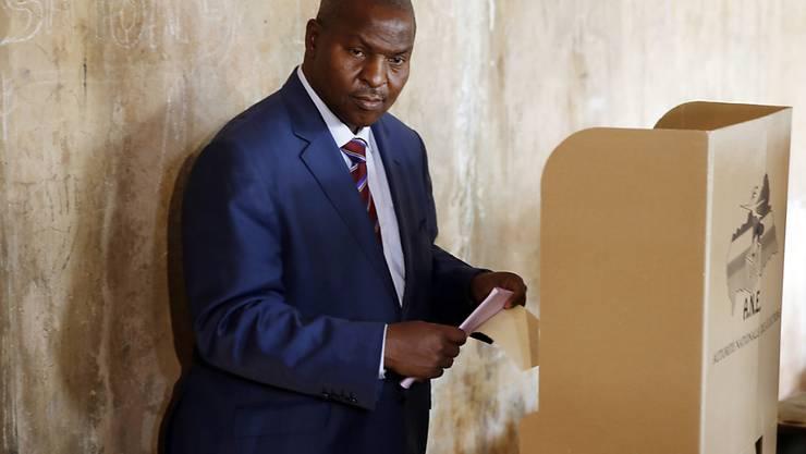 Er liegt derzeit vorn bei der Wahl in der zentralafrikanischen Republik: Der unabhängige Kandidat Faustin Archange Touadéra bei der Stimmabgabe. (Archiv)