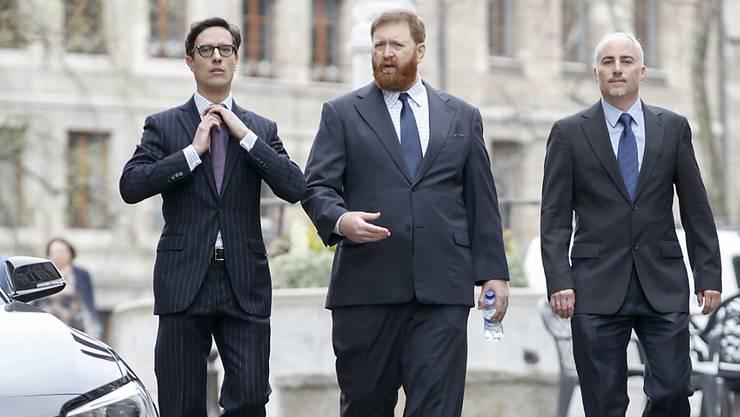 Die beiden Verteidiger von Erwin Sperisen (Mitte) lehnten zum Prozessauftakt in Genf eine Erweiterung der Anklageschrift vehement ab.