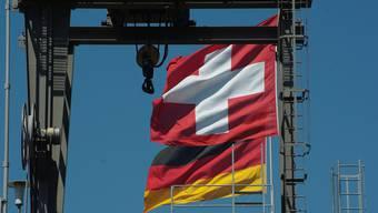 Deutschland ist, in absoluten Zahlen gemessen, Exportweltmeister, relativ gemessen verzeichnete der grosse Kanton im Norden im Jahre 2015 einen Leistungsbilanzüberschuss von 8 Prozent seines Bruttoinlandprodukts (BIP).