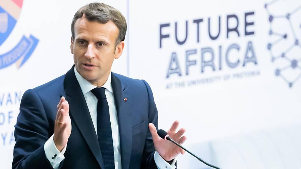 Frankreichs Präsident Emmanuel Macron spricht beim Auftakttreffen der «Initiative for the Future of Vaccines in Africa» (Initiative für die Zukunft von Impfungen in Afrika) an der Universität von Pretoria. Foto: Christoph Soeder/dpa