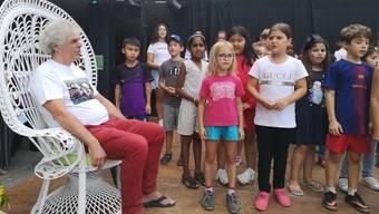 Die Kinder singen am Telli-Fest zu Ehren von Hans Bischofberger.