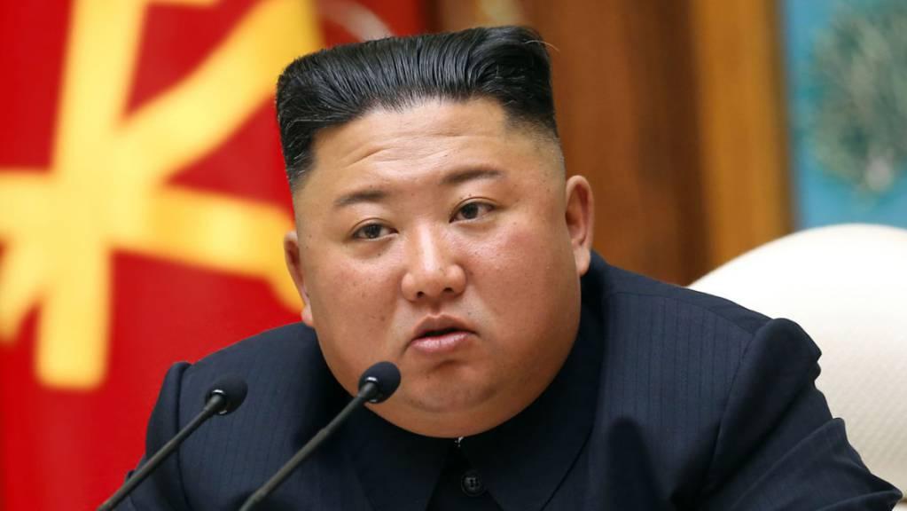 Auf diesem von der staatlichen nordkoreanischen Nachrichtenagentur KCNA am 12.04.2020 zur Verfügung gestellte Foto nimmt der nordkoreanische Staatschef Kim Jong Un an einem Treffen der regierenden Arbeiterpartei Koreas in Pjöngjang teil.