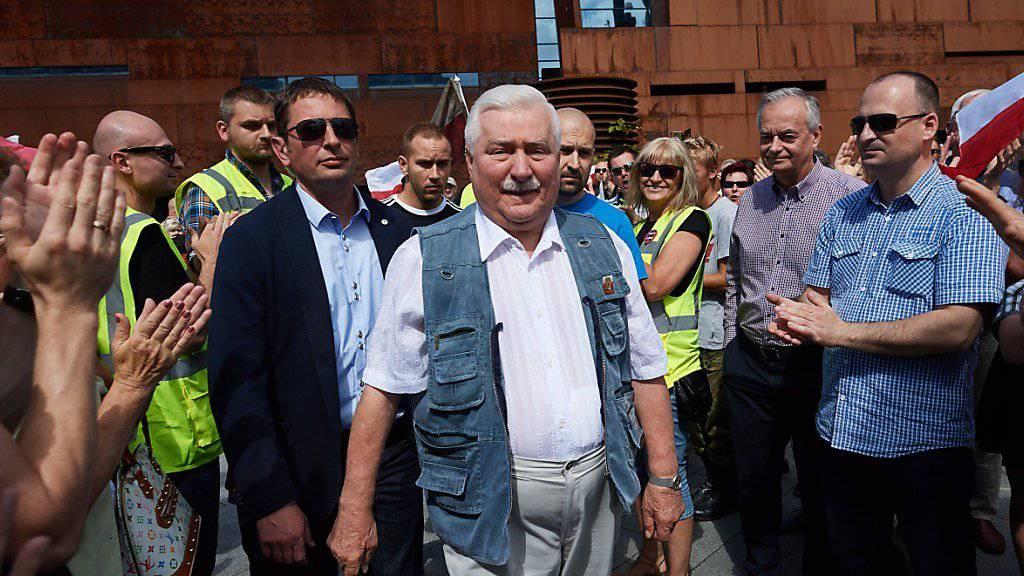 Prominenter Gegner der Justizreform in Polen: der frühere Staatspräsident Lech Walesa bei einer Demonstration am Samstag in Danzig.
