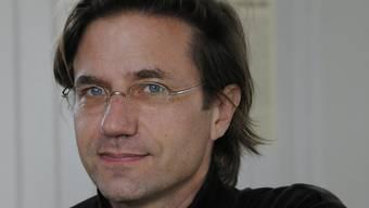 Stefan Zweifel ist Autor, Literaturkritiker und Übersetzer. Er hat auf der Zürcher Wahlliste «Kunst und Politik» für den Nationalrat kandidiert. Mit 2855 Stimmen erreichte er Platz drei der Künstlerliste.