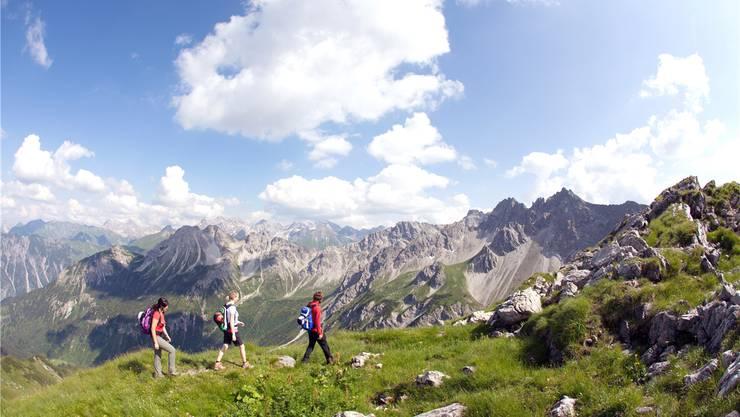 Wer die Wanderschuhe schnürt und Höhenmeter bezwingt, wird mit einem wunderschönen Panorama auf das Kleinwalsertal belohnt.  Frank Drechsel