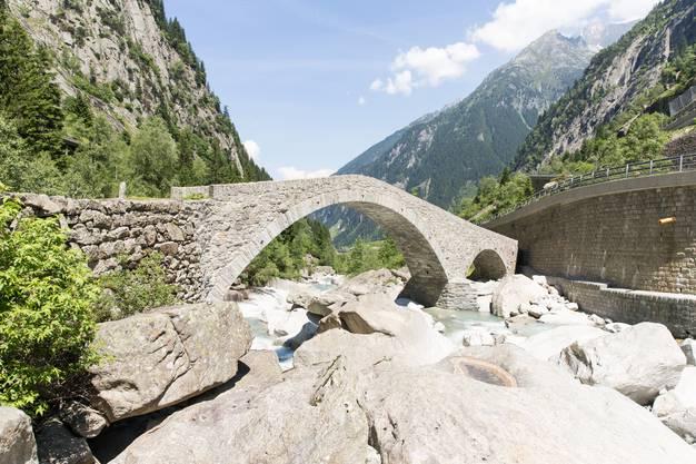 Die Häderlisbrücke über die Reuss im Urserental zwischen Göschenen und Andermatt. Erbaut um 1646 anstelle eines älteren Steges, wurde die Brücke 1987 durch ein Hochwasser zerstört. Im Jahr 1991 wurde die Häderlisbrücke wieder aufgebaut und unter Schutz gestellt.