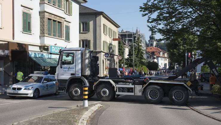 Die Polizei hat als Sicherheitsmassnahme das Festgebiet des Brugger Rutenzugs mit quer gestellten Lastwagen abgesperrt, 6. Juli 2017.
