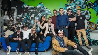 Die Jugendlichen mit Leiterin Valérie Zaugg (Mitte), Präsident der Jugendarbeit Thal Freddy Kreuchi (blaues Hemd) und Praktikant Matthias Borner (rechts) im neuen Jugendraum Evolution in Balsthal.  P