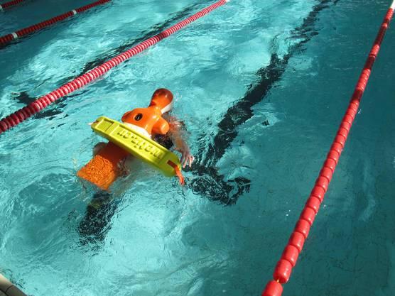 """Schwimmer rettet die """"Puppe"""" mit dem Tube beim Super Lifesaver."""