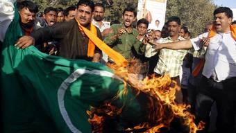 Nationalisten im indischen Ahmadabad verbrennen eine pakistanische Flagge (Archiv)