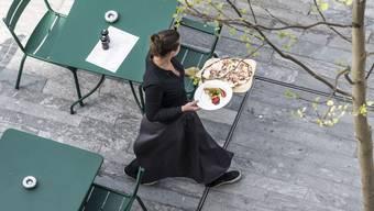 Eine Serviceangestellte in Zürich: Das Gastgewerbe kämpft für einen obligatorischen Lastenausgleich. Vielleicht kommt er nun mit der Steuervorlage 17.