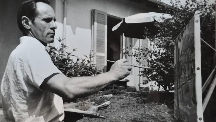 Hat über tausend Bilder gemalt, die die Öffentlichkeit nie gesehen hat: Hans Brunner, hier in seinem Garten. Nun verkauft die Schnäggeen-Beiz seine Gemälde am Weininger Rebblüetefäscht.