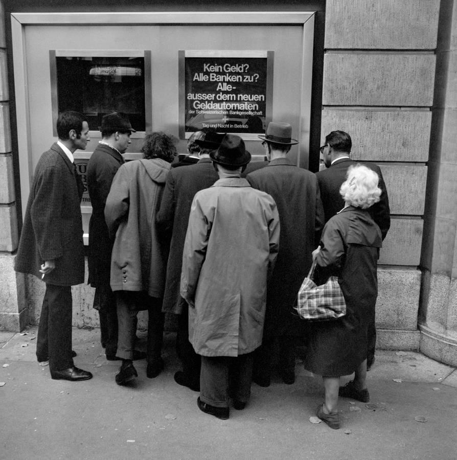 Der erste Geldautomat in der Schweiz wurde vor 50 Jahren, am 1. November 1967, an der Bahnhofstrasse in Zürich in Betrieb genommen. (© Keystone)