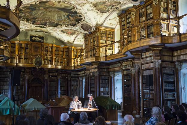 Stiftsbibliothek und Stiftsbezirk St. Gallen (hier eine Lesung von Krimiautorin Donna Leon) kamen wie die Berner Altstadt 1983 auf die Liste, ebenso wie...