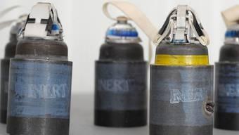 Diese Bomblets fuer Streumunition der deutschen Bundeswehr werden von einem ehemaligen DDR-Rüstungsbetrieb zerlegt (Archiv)