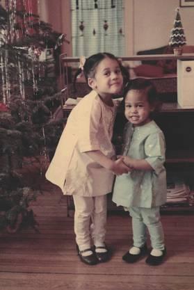 1968: Kamala (links) feiert mit ihrer Schwester Maya das Weihnachtsfest.