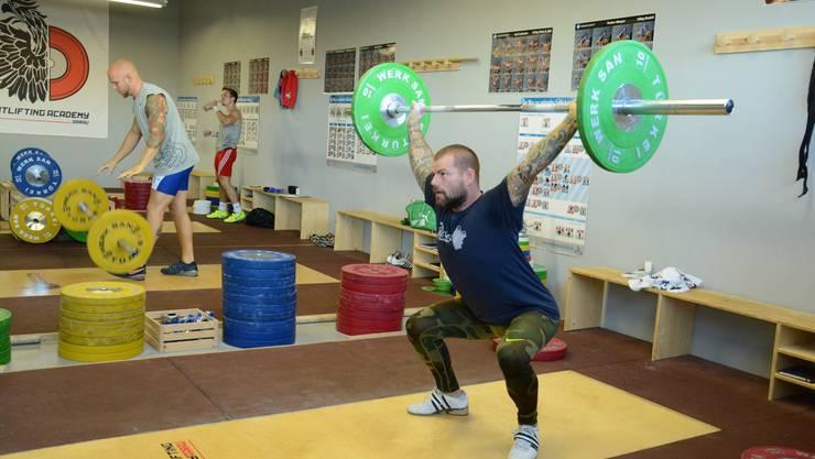 Michel Fink hat in Oberentfelden einen Gewichtheber-Klub gegründet und hätte den Sport am liebsten auch gleich den Aarauer Schülern beigebracht.