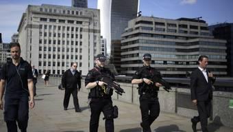 Polizisten auf Patrouille am Mittwoch auf der London Bridge.