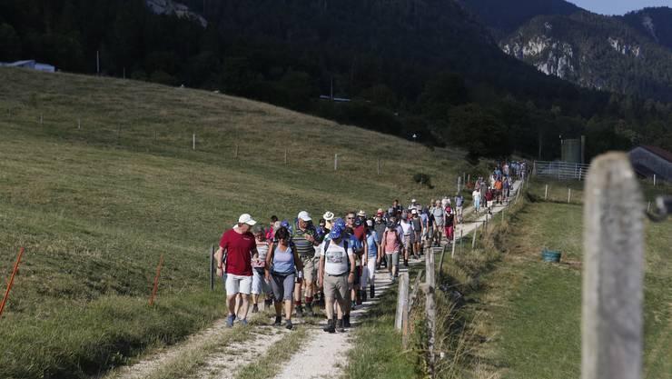 Leserwandern 6. Etappe: Von Solothurn nach Grenchen wanderten am Freitagabend 93 LeserInnen in den Sonnenuntergang.