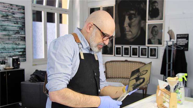 Sebastiano Bucca bei der Entwicklung und Fixierung eines Porträts in seinem Studio in Baden.