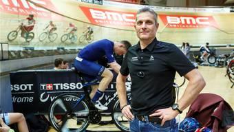 Velodrome-Geschäftsleiter Peter Wirz. Im Hintergrund läuft das letzte Rennen der Saison.