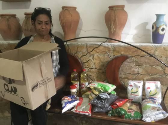 Rosíris Toro mit ihrem Notversorgungs-Karton.
