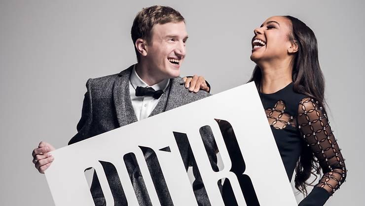 SMA-Moderatorin Alexandra Maurer (mit Kollege Stefan Büsser) ist nach der Bekanntgabe der ersten Nominierten die vorläufig einzige Frau auf der Bühne der 11. Swiss Music Awards. (zvg)