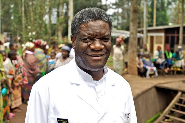 In seiner Heimat nennen sie ihn «Doktor Wunder». Der Gynäkologe Denis Mukwege behandelt seit mehr als 20 Jahren mit viel sozialem Engagement die grausamen Verletzungen, die Frauen in der Demokratischen Republik Kongo bei Vergewaltigungen zugefügt werden. Weltweit setzt er sich für ein härteres Vorgehen gegen Vergewaltigungen als Kriegsmethode ein. Am Freitag wurde der 63-Jährige für seinen Kampf gegen sexuelle Gewalt mit dem Friedensnobelpreis ausgezeichnet, gemeinsam mit Nadia Murad. Sexuelle Gewalt sei eine billige und effiziente Form des Terrors, welche die Opfer ein Leben lang schädige, sagt Mukwege. (sda)