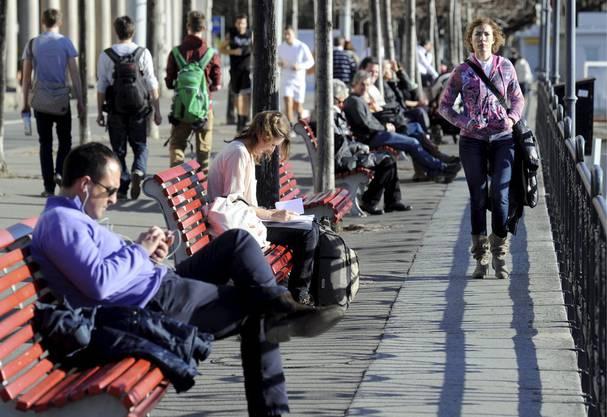 Die Winterjacke brauchts nicht mehr: Frühlingswetter an der Seepromenade Lungolago am Luganersee in Lugano