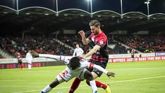 Der Sion-Spieler Xavier Kouassi wehrt sich im Tourbillon gegen den heranstürmenden Kemal Ademi.