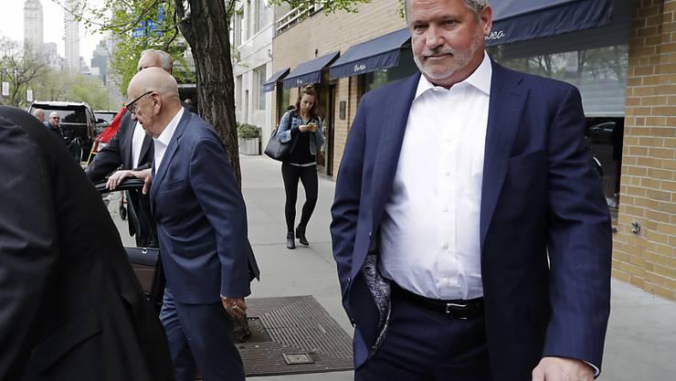 Bill Shine (rechts) soll im US-TV-Sender Fox News eine frauenfeindliche Atmosphäre geschaffen haben und ist seinen Job nun los. (Archivbild)