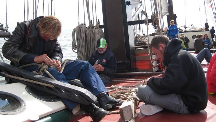 Täglich müssen an Deck kleinere und grössere Arbeiten erledigt werden. Das Schiffsdeck eignet sich jedoch auch sehr gut zum Diskutieren, Lesen und Faulenzen. ZVG