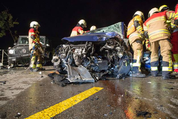 Der Unfall passierte kurz nach 20 Uhr, als die Lenkerin von Sihlbrugg kommend Richtung Neuheim fuhr und aus noch unbekannten Gründen auf die Gegenfahrbahn geriet und frontal in ein entgegenkommendes Auto prallte,